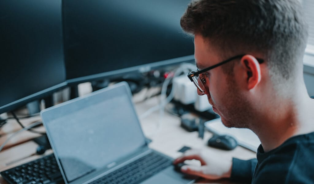 Wear anti-glare glasses when using laptop pc
